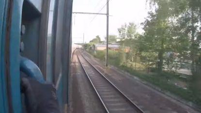 Levensgevaarlijk: treinsurfer klampt zich minutenlang vast aan achterste wagon