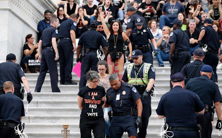 Demonstranten worden weggeleid van het parlementsgebouw in Washington.