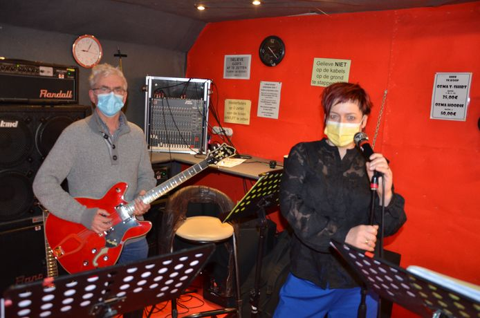 Gepensioneerd lijnpiloot Philip en bakkersvrouw Nancy leven zich uit als gitarist en zangeres in muziekschool Ozma.