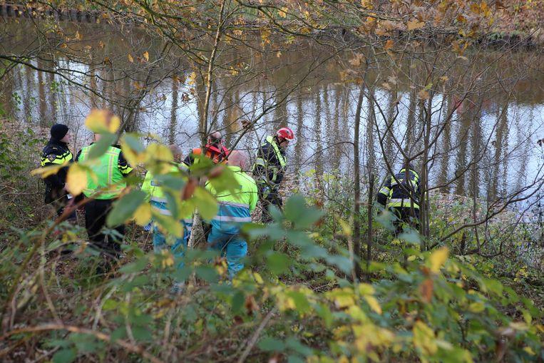Hulpverleners aan het werk aan het Wilhelminakanaal in Oirschot. Op deze plek is het lichaam gevonden van De Bonte.