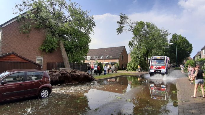 Een grote windhoos heeft voor flinke schade gezorgd in Leersum.