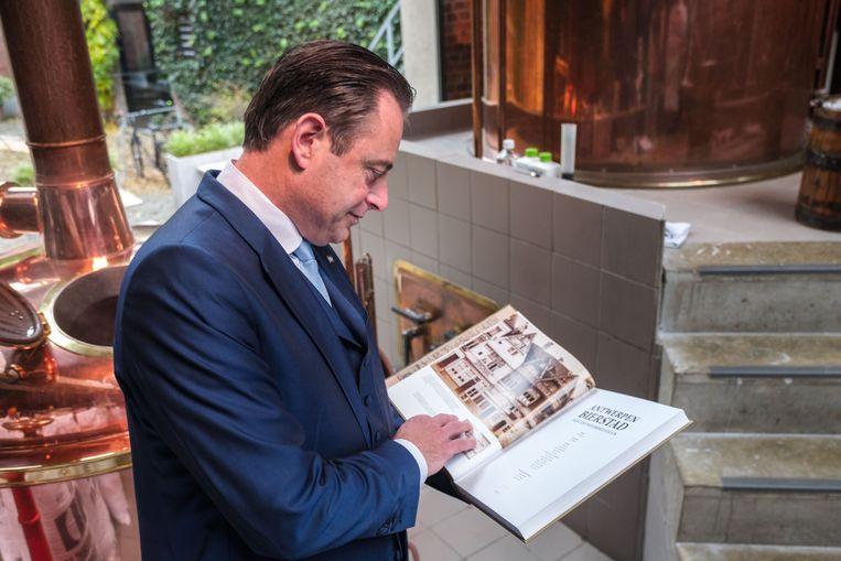 De Wever bekijkt het boek Antwerpen Bierstad.