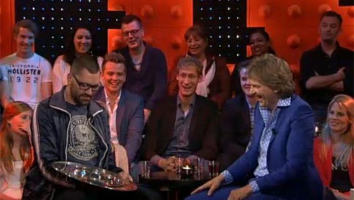 Theo Maassen 'stal' in 2012 de kampioensschaal van Ajax. Het bleek achteraf een pr-stunt.