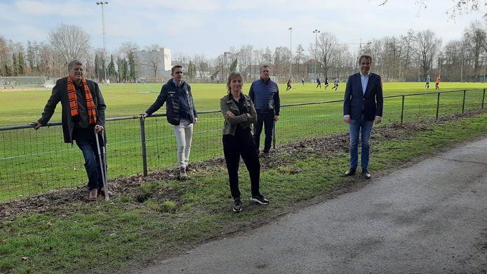 Schepen Sofie D'hondt en burgemeester Jan Vermeulen bij de mannen van KMSK Deinze.