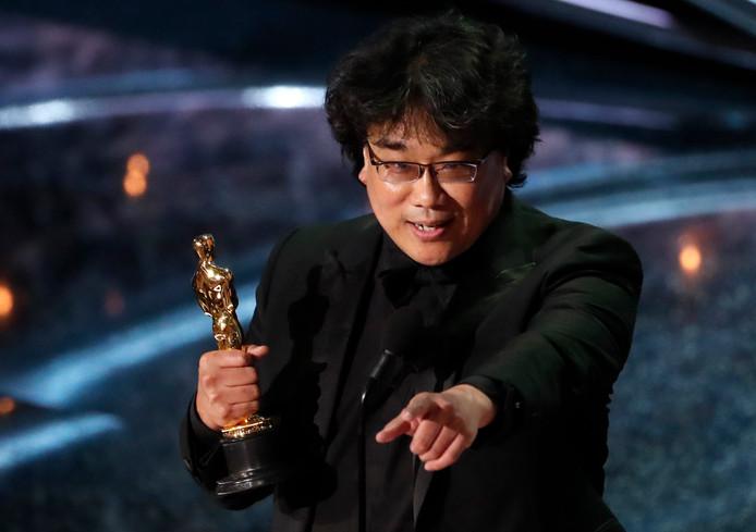 Regisseur Bong Joon-ho met de Oscar voor beste buitenlandse film voor 'Parasite'.