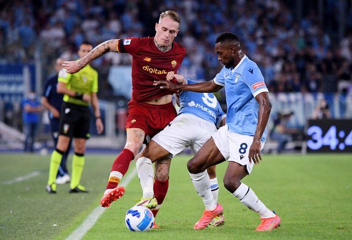 Rick Karsdorp in het duel met Lazio.