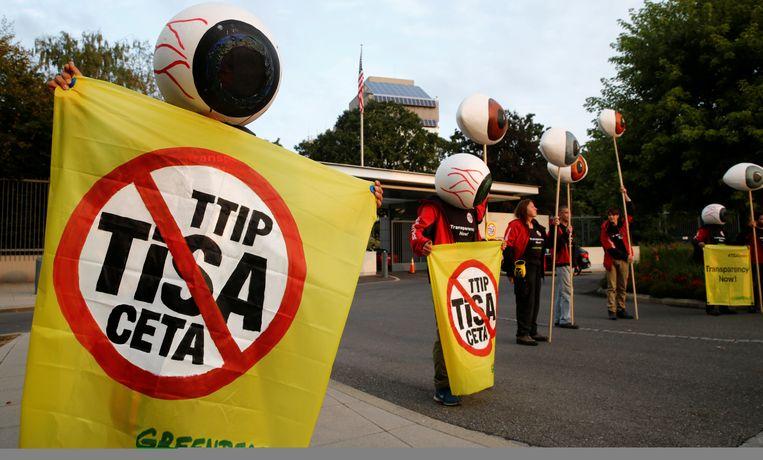 Greenpeace-aanhangers protesteren tegen de handelsakkoorden in Genève. Beeld REUTERS