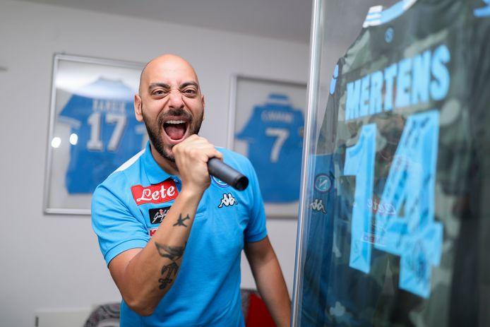 Stadionomroeper Daniele Bellini - alias Decibellini - in een truitje van Dries Mertens' Napoli.