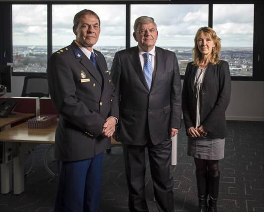 De Utrechtse driehoek polite - burgemeester - openbaar ministerie. Vlnr: Johan van Renswoude (districtschef Politie Utrecht), burgemeester Jan van Zanen en Heleen Rutgers (OM).