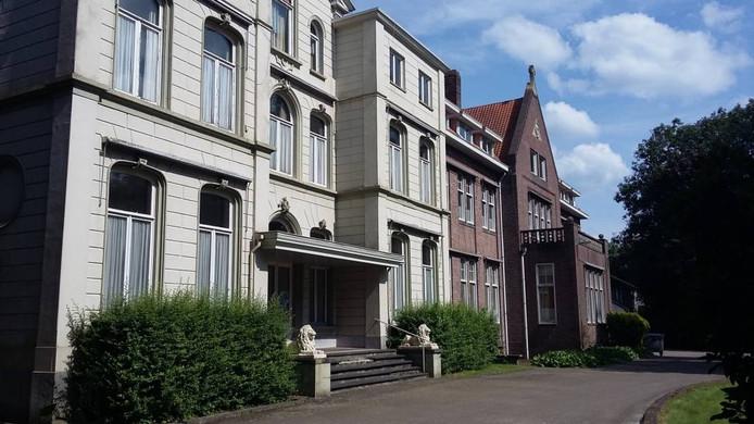 De monumentale notariswoning uit de 19e eeuw, met rechts bijgebouwen uit de jaren '30, waar de paters van het Heilig Hart verbleven. foto Palko Peeters