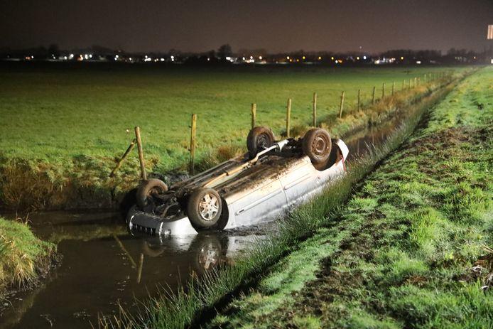 Een personenauto op de A1 eindigde zaterdagochtend bij Baarn op de kop in de sloot.