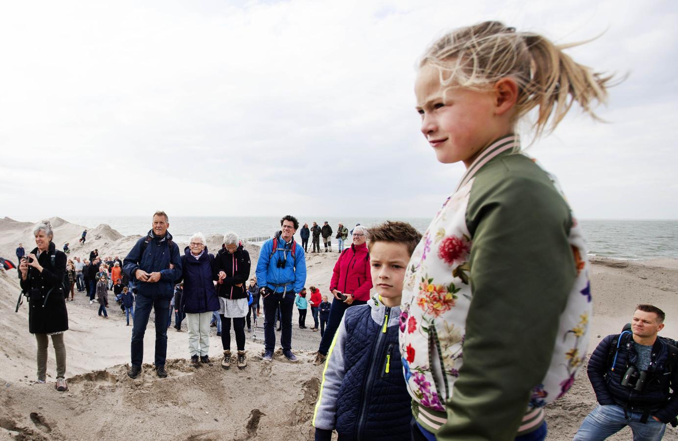 Wandelaars op de openingsdag van de Marker Wadden.