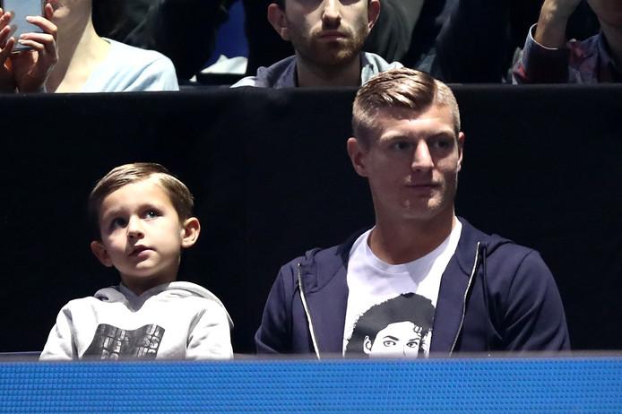 Toni Kroos met zijn zoon Leon bij de tenniswedstrijd tussen Roger Federer en Dominic Thiem,  dinsdagavond bij de ATP Finals in Londen.