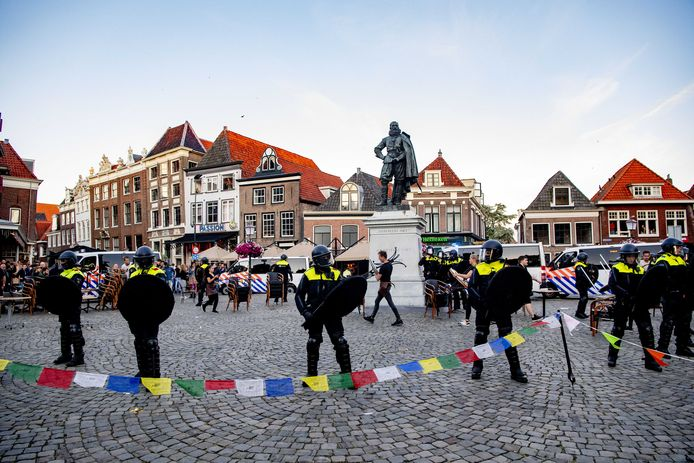 De ME staat rond het standbeeld van Jan Pieterszoon Coen.