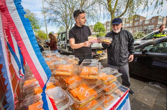 Tompoezen uitdelen in de Schilderswijk in de Tenierstraat op initiatief van Yassin (L)