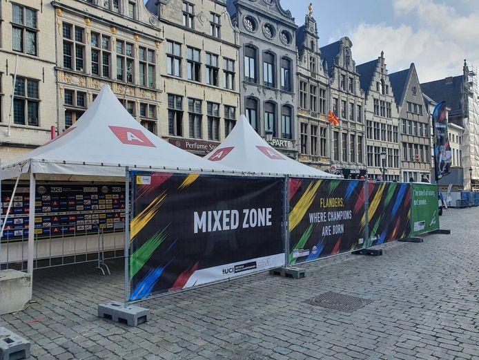 De voorbereidingen voor het WK Wielrennen zijn deze ochtend volop van start gegaan. Op foto de mixed zone op de Grote Markt.