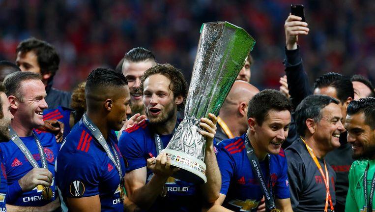 Daley Blind van Manchester United met de cup na de 0-2 gewonnen finale Europa League Beeld anp