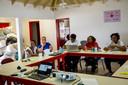 Training voor vrijwilligers in crisisparaatheid op Sint-Maarten. Fanny de Swarte (blauw shirt) luistert mee .