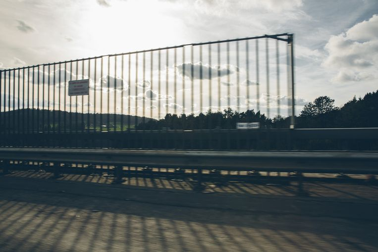 Op sommige plekken staan hekken, maar netten zijn er niet.