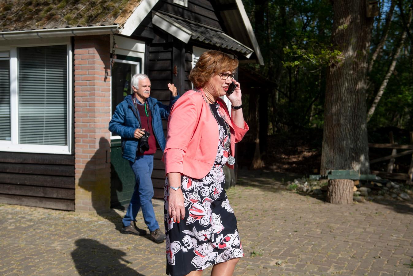 Burgemeester Anneke Raven verrast inwoners die lintje krijgen in gemeente Hellendoorn met een bezoek 'op afstand'.