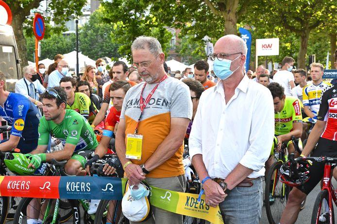 Na de minuut stilte mocht Piet De Coninck (tweede van rechts) de koers op gang fluiten.