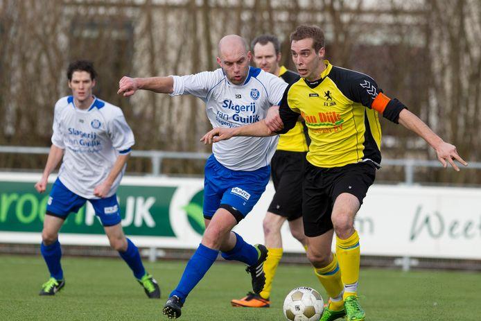 Erik van Dijk (midden) wordt de nieuwe trainer van WZC.