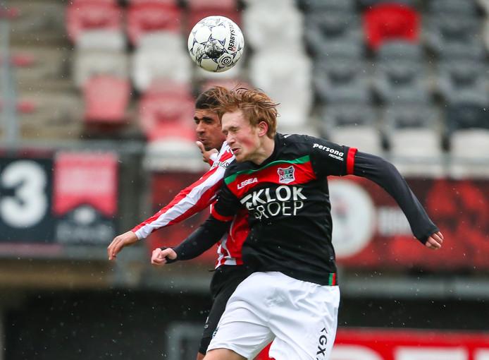 Thomas Beekman (voorgrond) is verwikkeld in een kopduel met Laros Duarte tijdens het oefenduel vorige maand tussen Sparta en NEC. Beekman scoorde maandag voor de beloften van de Nijmeegse eerstedivisionist.