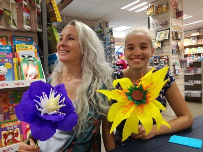 Karin Van Hoorick (links) bracht ondertussen al meerdere boeken uit over de strandbloemen en knutselen met crêpepapier.