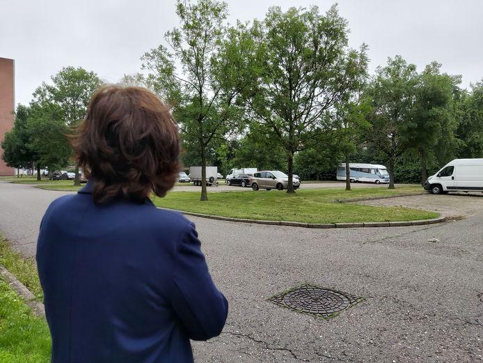 Patricia (55), die niet herkenbaar in beeld wilde, op de plek waar haar hondje werd overreden.