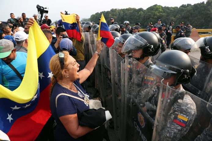 Venezolaanse betogers confronteren soldaten op de grens met Colombia.