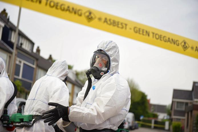 Een gespecialiseerd bedrijf is bezig met het opruimen van asbestdeeltjes.