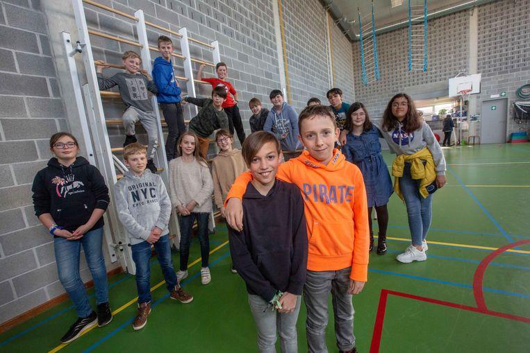 Milan Verhaegen (rechts) met  Len Van Audenhove, samen met hun klasgenootjes.