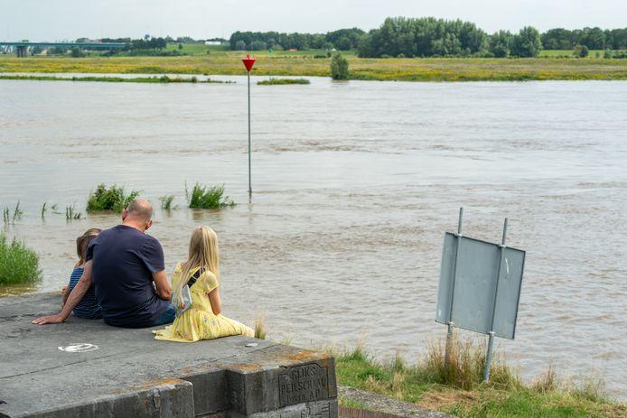 Aan de Lek bij Vreeswijk genoten veel nieuwsgierigen onder het genot van een ijsje van de aanblik van het hoge water.