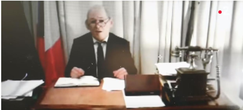 Een man met siliconenmasker, vermoedelijk Gilbert Chikli, doet zich voor als minister Jean-Yves Le Drian. Beeld RV