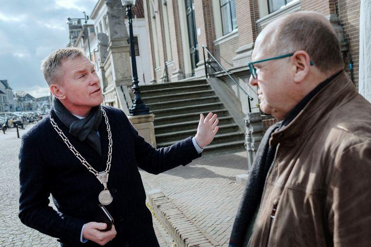 Kees Metz van ZVV, in gesprek met burgemeester Rehwinkel. Beeld Merlin Daleman
