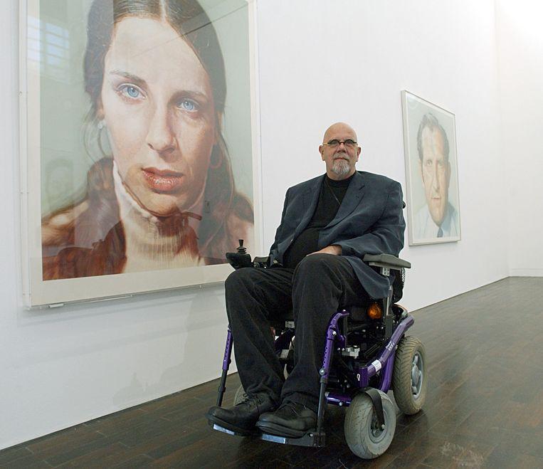 Close poseert voor een portret tijdens zijn expositie 'Chuck Close. Erwiderte Blicke 1969-2006' in het Ludwig Forum for International Art in Aken. Beeld Horst Ossinger/dpa