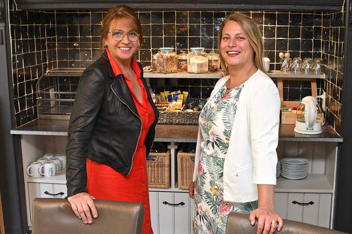 De huidige uitbaatster Marleen Ryckebosch (links)  zal Sharon Verscheure op zelfstandige basis nog bijstaan in Te Cathem.
