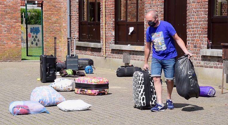 De ouders van de leden kwamen de bagage weer ophalen omdat het kamp vervroegd werd beëindigd. Beeld Hans Verbeke