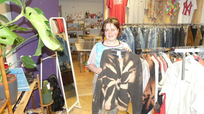 "Femke (20) breidt koffiebar uit met vintage kledij en platen: ""Hier kom ik tot rust"""