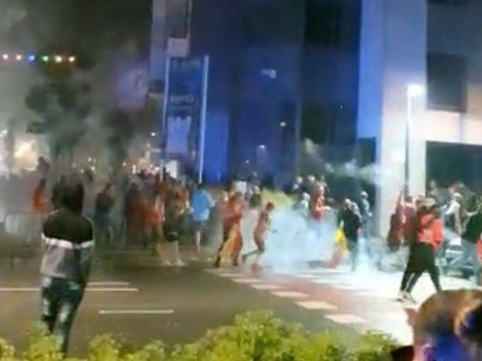 Het vuurwerk kwam tussen het volk terecht waarna lichte paniek uitbrak.