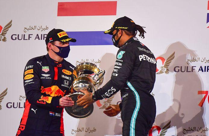 Max Verstappen en wereldkampioen Lewis Hamilton na de Grand Prix van Bahrein op 29 november.
