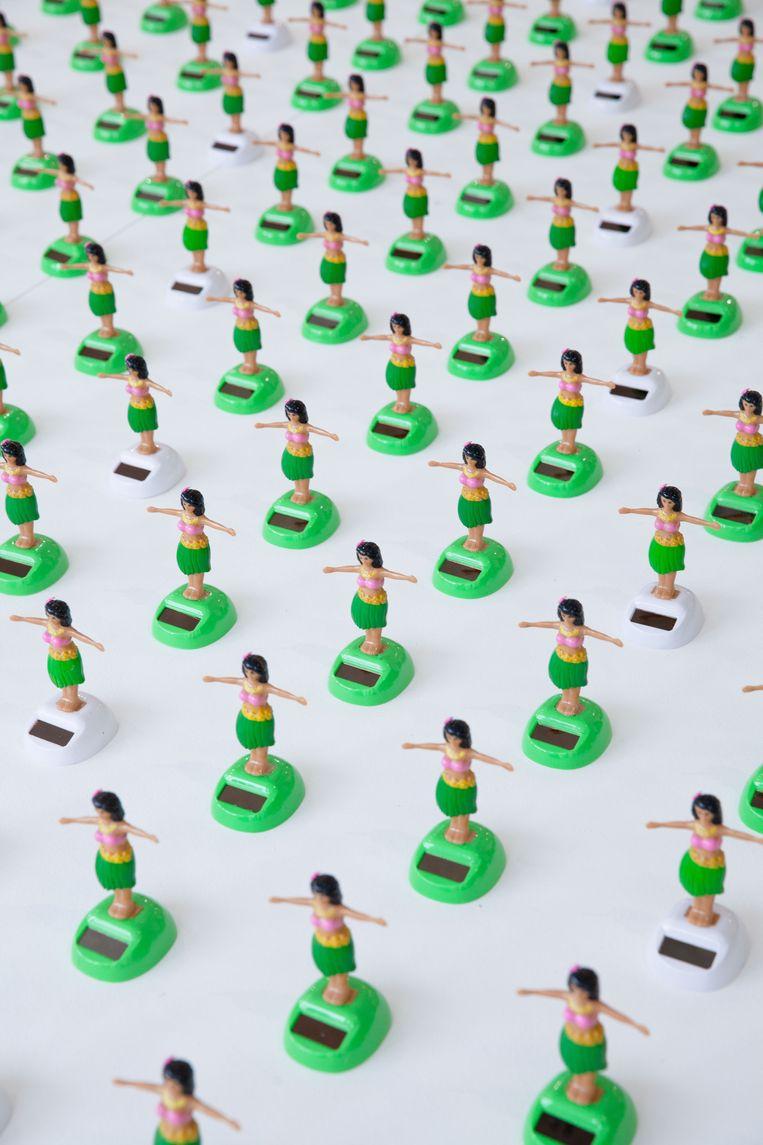 Braats werk met duizend plastic hoeladanseressen.  Beeld Casper Braat