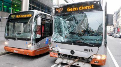 Leerling-buschauffeur botst met andere bus