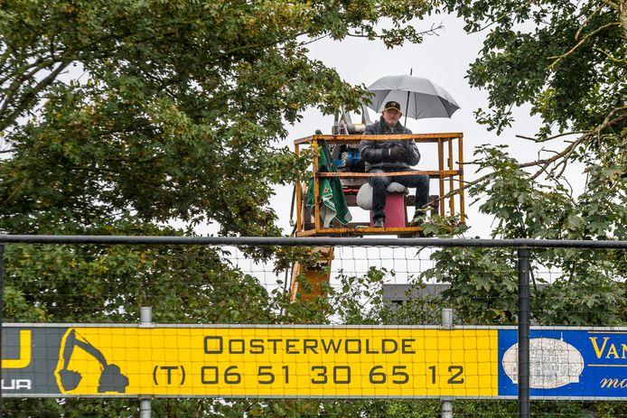 Teun van Dorp kon tóch zijn cluppie VSCO '61 in Oosterwolde zien spelen.