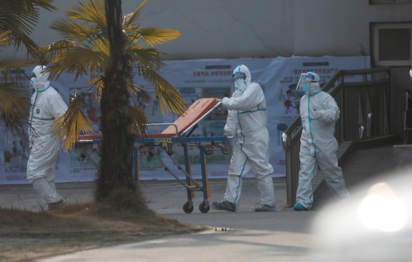 Medisch personeel staat klaar om besmette patiënten op te vangen.
