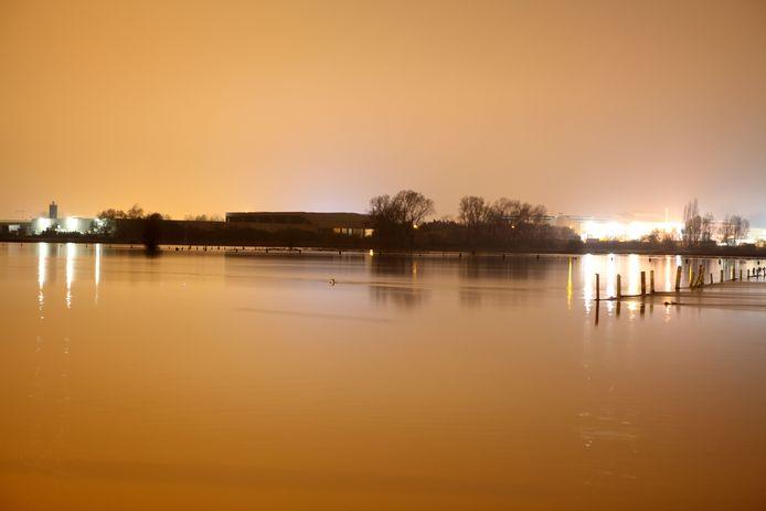 De Dender in Pamel in 2010, met zich op de Ninoofse industriezone. De weilanden staan volledig onder water waardoor je zelfs niet meer zag waar de Dender liep.