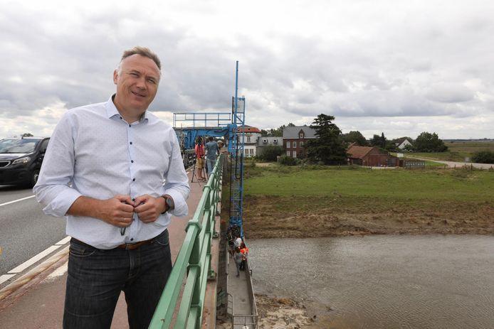 Burgemeester Johan Tollenaere (Open Vld) aan de Maasbrug in Maaseik.