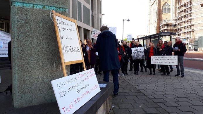 De tolken hebben de nodige protestborden meegenomen