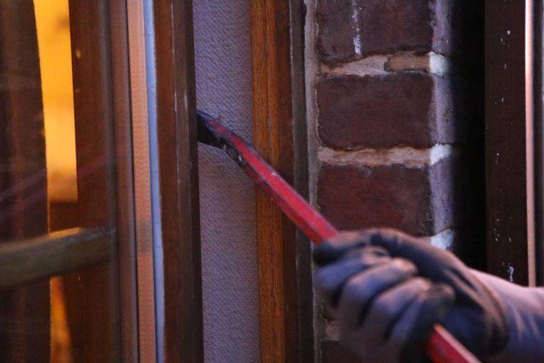 De inbrekers forceerden een raam om de woning binnen te dringen
