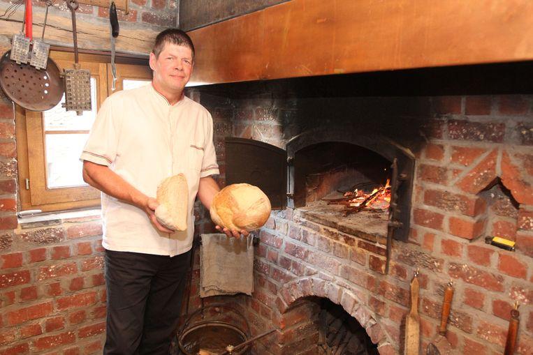 Mario Grobben bij zijn bakoven in de oude schuur van de boerderij die hij omdoopte tot bakhuis 'La Source'.
